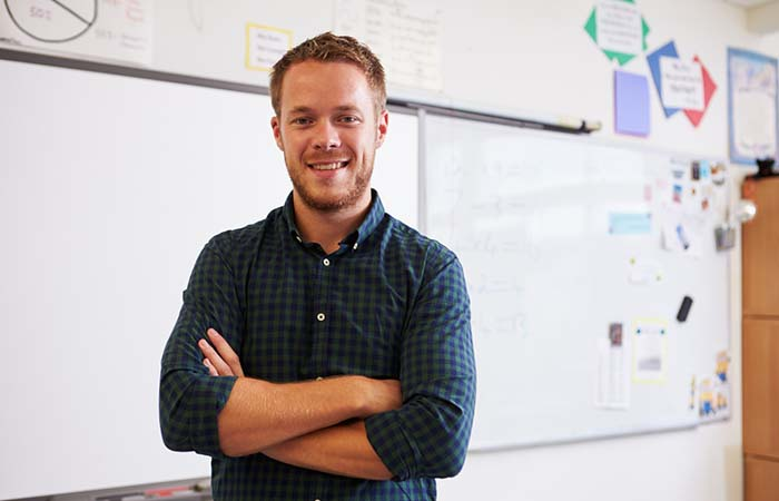 leerkracht voor het schoolbord